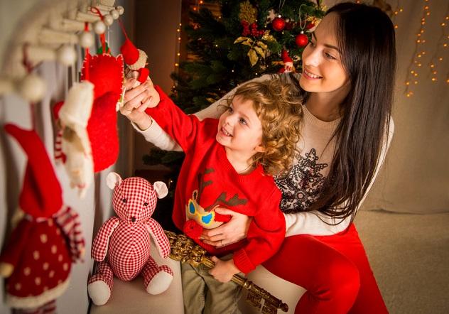 счастливая мать с маленьким мальчиком возле елки