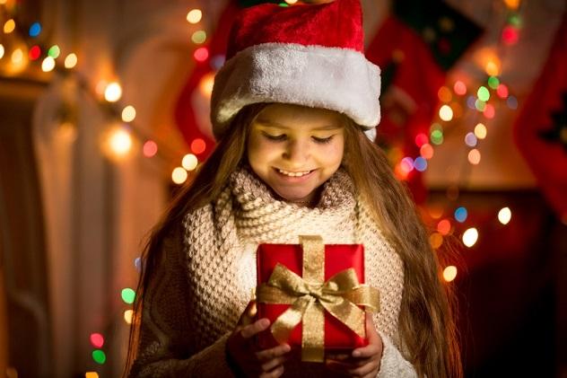 маленькая девочка подарок новый год