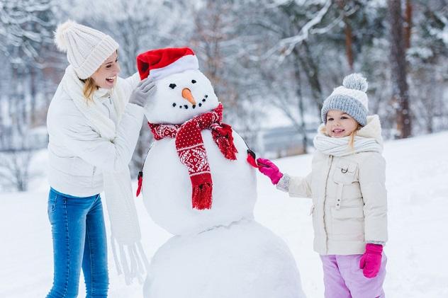 мама и дочка слепили снеговика