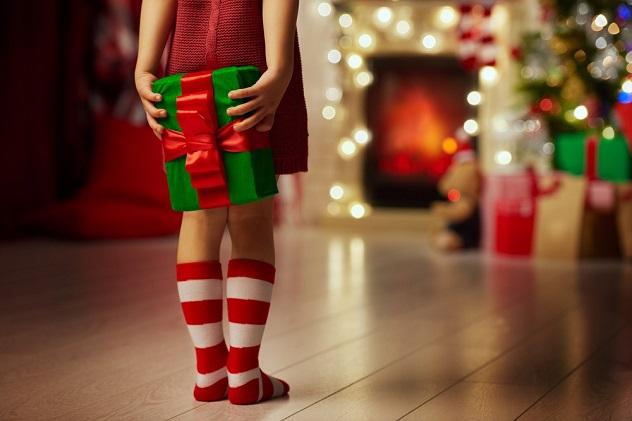 мальчик с подарком за спиной рождество