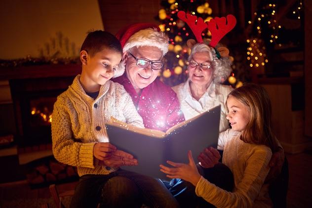 семья и рождественская книга