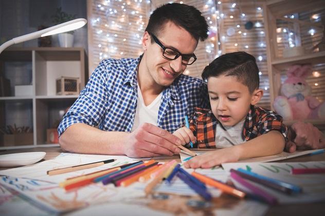 папа и сын вместе рисуют