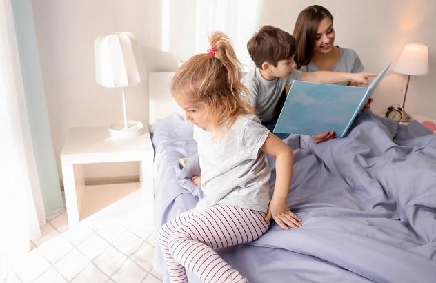 мама чмтает детям сказку на ночь