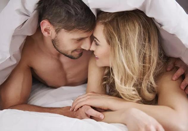влюбленные парень и девушка под одеялом
