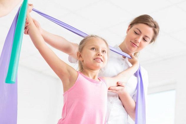 ребенок делает лечебную физкультуру
