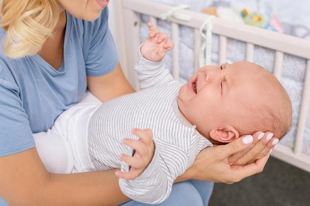 новорожденный плачет