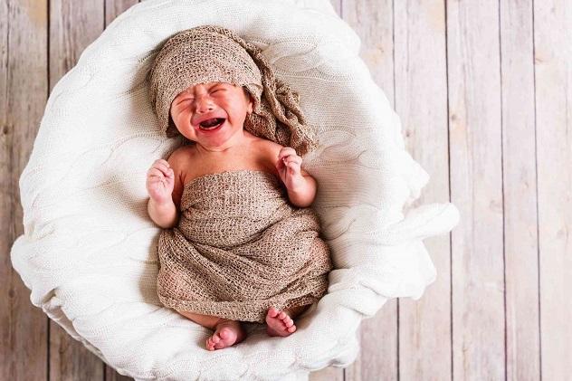 новорожденный плачет и кричит