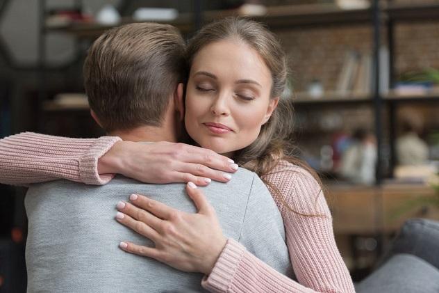 жена обнимает любимого мужа