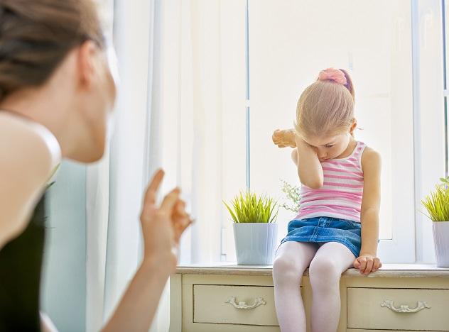 мать наказывает дочь