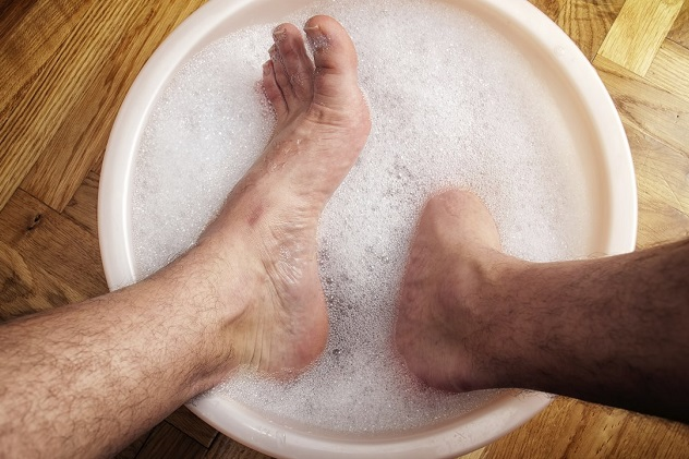 мужчина моет ноги