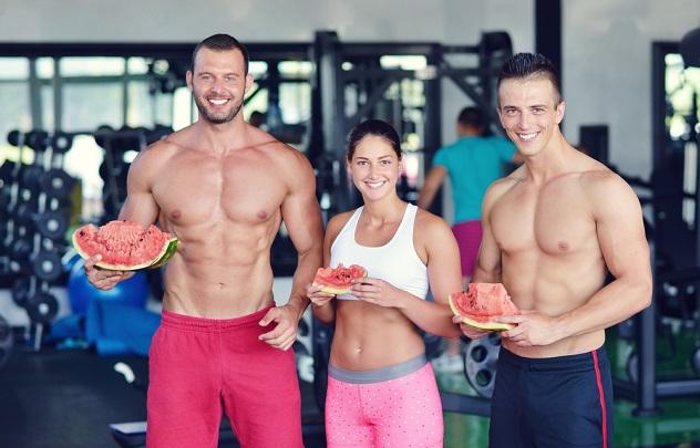кушаем арбуз в спортзале