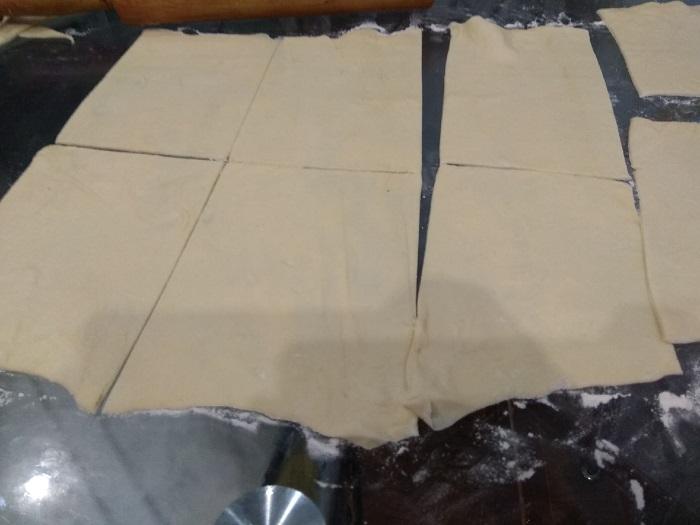разрезаем тесто для пирожков